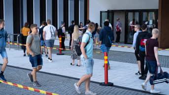 Metropolian Myllypuron toimipisteen sisäpihalla pääsykokeisiin tulijoita.