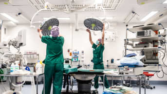 Carita Vuorenpää ja Lotta Lantto leikkausalihoitajat Jorvin sairaalan Anestesia- ja leikkausosasto K:n leikkaussalissa.