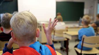 Oppilas viittaa oppitunnilla