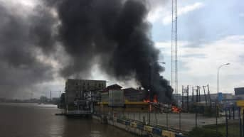 Rakennus paloi satama-alueella Lagosissa 20. lokakuuta.