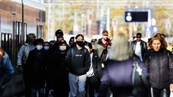Kuvassa on kameraa kohti kävelevä ihmisjoukko Helsingissä 14. lokakuuta 2020.