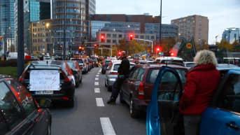 Mielenosoittajat tukkivat maanantaina teitä Varsovan keskustassa.