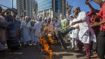 Mielenosoittajat polttavat nukkea