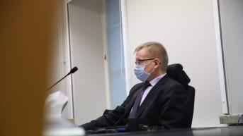 Kuopion bussiturman syyttäjä oikeudessa kasvomaski kasvoilla.