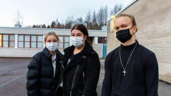 Maskisuositus yläkouluissa astui voimaan. Kuvassa Itäkeskuksen peruskoulun oppilaat Alexandra Vanhala, Emma Mankki ja Pauli Viimaranta 23.11.2020.