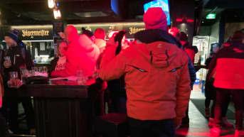 Anonyymejä ihmisiä ravintola Ihkussa Levillä talvella 2020.