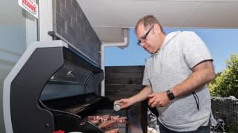 Jean-Philippe Diel grillaa kotiterassillaan
