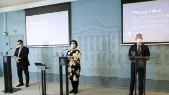 Koronainfo, kuvassa USin toimialajohtaja, ylilääkäri Ville Pettilä (vas), STM:n strategiajohtaja Liisa-Maria Voipio-Pulkki sekä THL:n ylilääkäri Taneli Puumalainen
