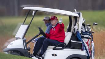 Presidentti Trump golf-klubillaan Sterlingissä, Virginiassa.