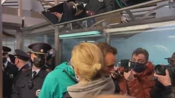 Aleksei Navalnyi hyvästelee vaimonsa Julia Navalnyan kiinnioton yhteydessä