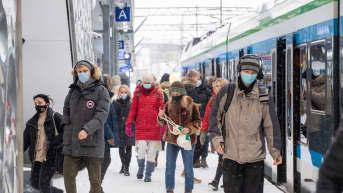 Matkustajat Pasilan rautatieaseman laiturilla. 20.1.2021.