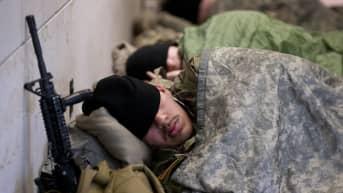 Kansalliskaartin jäsenet päästettiin nukkumaan takaisin kongressitalolle, kun kuvat parkkihallissa yöpyvistä sotilaista vuotivat julkisuuteen.