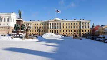 Valtioneuvoston linna talvisena pakkaspäivänä. Suomen valtiolippu liehuu Valtioneuvoston linna katolla Runebergin päivän kunniaksi.
