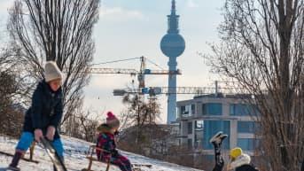 Lapset nauttivat pakkaskeleistä Berliinin Mauerpark-puistossa kaksi viikkoa sitten.