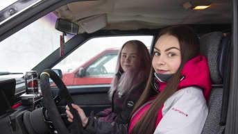 Sofia Hurtta ja Jenni Herrala autossa.