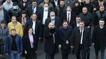 Armenian pääministeri puhui megafonilla kannattajilleen Jerevanissa torstaina.