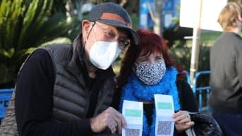 """Israelilainen pariskunta esitteli viime keskiviikkona Tel Avivissa koronarokotustodistustaan, """"vihreää tunnusta"""", jonka kanssa he pääsivät konserttiin. Israel löyhensi koronarajoituksia viime viikolla."""