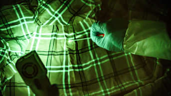 Rikospaikkatutkija on löytänyt spermatahran paidasta ultraviolettivalon avulla. Käyttämällä keltaista suodatinta silmälaseissa tahra saadaan silmälle näkyväksi.