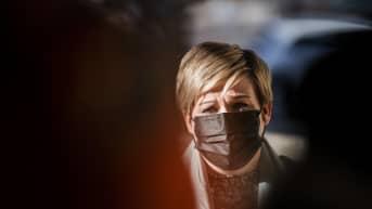 Annika Saarikko puhui medialle Säätytalolla 23. maaliskuuta.