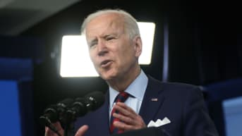Yhdysvaltain presidentti Joe Biden puhuu auditoriossa Washingtonissa.