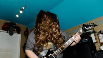 Rasmus Savo soittaa kitaraa.