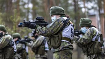 Aseenkäsittelykoulutus naisten erikoisjoukkoreservin valintakokeessa.