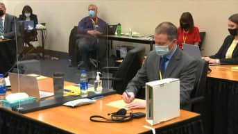 Syytettynä oleva entinen poliisi  Derek Chauvin kuvattuna oikeudenkäynnissä 2. huhtikuuta.