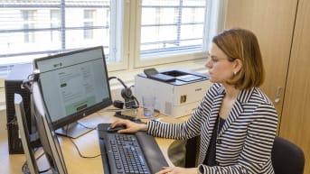 Lakiasiainjohtaja Kati Malinen Veronmaksajain Keskusliitosta työhuoneessaan.