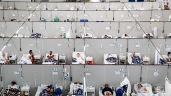 Paljon koronapotilaita väliaikaisessa kenttäsairaalassa hoidossa Brasiliassa.