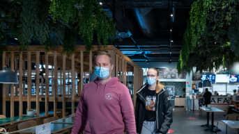 Antti (vas) ja Alisa Salmenkaita hakemassa noutoruokaa, Ravintola Fafa's (HOK-Elanto), Kauppakeskus Jumbo, Vantaa, 18.4.2021.