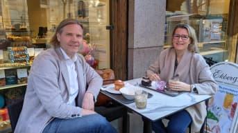 Anna Kyyhkynen ja Tuomas Kantelinen nauttivat aamupalaa kantakahvilansa terassilla.