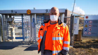 Huomioasuinen Stora Enson Veitsiluodon toimihenkilöiden pääluottamusmies Janne Jussila taustallaan Veitsiluodon tehtaiden portti.