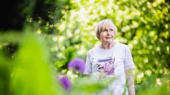 Sirkka-Liisa Korkala seisoo kotipihassa Välimerenkadulla, Jätkäsaaressa.