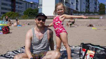 Olli-Pekka Jauhiainen ja Viena Jauhiainen nauttivat rantaelämästä Helsingin Aurinkolahden uimarannalla