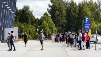 Walk in -koronarokotteelle jonotetaan Tampereella.