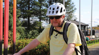 Jari Raitanen lähdössä työsuhdepyörällään työpaikkansa pihasta