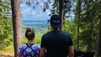 Mies, nainen ja koira ihailevat Syvärin järvimaisemaa