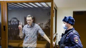 Aleksei Navalnyi lasihäkissä oikeudenistunnossa Moskovassa.