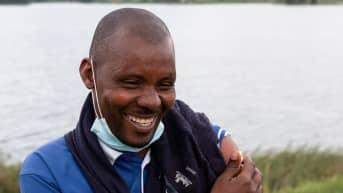 Geoffrey Ariho hymyilee saatuaan rokotteen.
