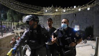 Israelin poliisi pidättää palestiinalaisen mielenosoittajan.