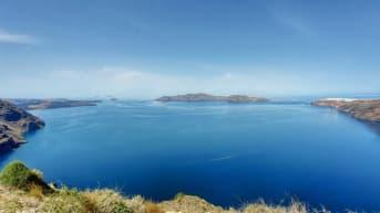 Santorinin saari Kreikassa odottaa jo matkailijoita