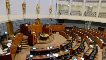 Eduskunnan pitkäksi venynyt täysistunto keskeytettiin