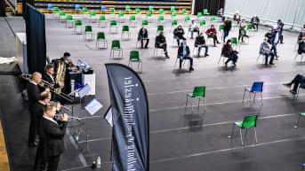 Aalborgin sinfoniaorkesteri esiintyy rokotuskeskusksessa.