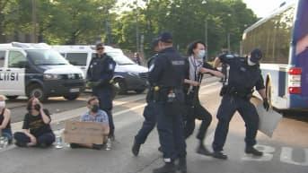 Poliisi kantoi ajoväylällä istuneet Elokapinan mielenosoittajat