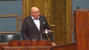 Merja Kyllönen keskeytti mikrofonillaan Ano Turtiaisen puheen kahdesti
