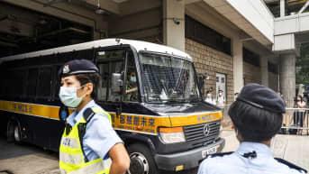 Tong Ying-kit kuljetusautossa oikeudenkäynnin jälkeen.