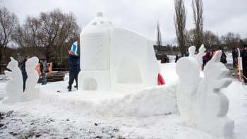 """Snowflake Teamin toimintasarjan voittanut lumiveistos """"Pikkuoravien kuuraketti""""."""