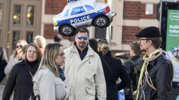 pariskunnalla on  poliisiauto-vappupallo