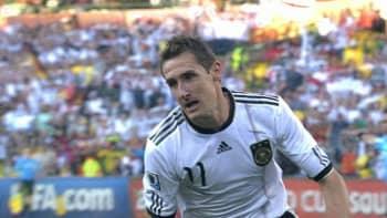 Miroslav Klose tuulettaa maaliaan.