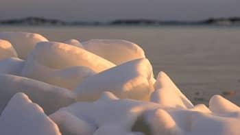 Meri on avautunut ja työntänyt jääröykkiöitä rantaan Kustavin Laupusissa.